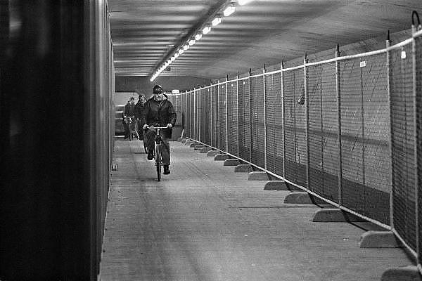 Nederland, Zeeland, 15-1-1986..De hoogwaterkering, stormvloedkering, oosterscheldekering in de oosterschelde in de eindfase voor de oplevering. In oktober zal de opening, ingebruikname plaatsvinden. arbeiders fietsen in de kering naar hun werk...Foto: Flip Franssen/Hollandse Hoogte