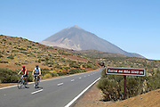 Spanien, Kanarische Inseln, Teneriffa..Teide Nationalpark, Mountainbiker auf Straße, Teide im Hintergrund..|..Spain, Canary Islands, Tenerife..Teide National Park, volcano landscape, mountain bikers on road