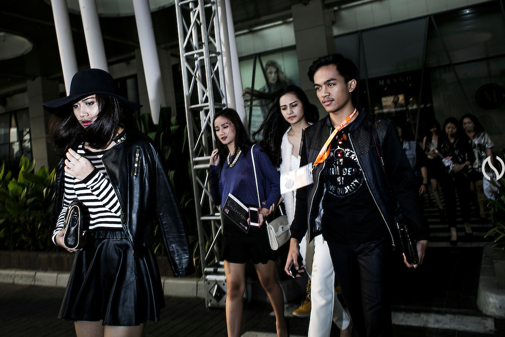JAKARTA; TUESDAY, NOVEMBER 4, 2014; INDONESIA ECONOMIC RISING: People walking through an alley to reach Jakarta Fashion Week area at a mall in Jakarta, Indonesia, on Tuesday, November 4, 2014.