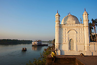 Inde, Bengale-Occidental, Murshidabad ancienne capitale du Bengale, mosquee au bord de la riviere Hooghly, defluent du Gange // India, West Bengal, Murshidabad, former capital of Bengal, mosque on the bank of the Hooghly river