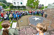 Nederland, Ubbergen, 15-9-2017Leerlingen van de Biezenkamp en van een school uit Kranenburg, vlak over de grens in Duitsland,herdenken de oorlog en de bevrijding die hier in september 1944 begon met de operatie Market Garden. Enkele kinderen lazen een gedicht voor, er werd gezamelijk een lied gezongen en een aantal kinderen legden een bloem op of bij het monumentFoto: Flip Franssen