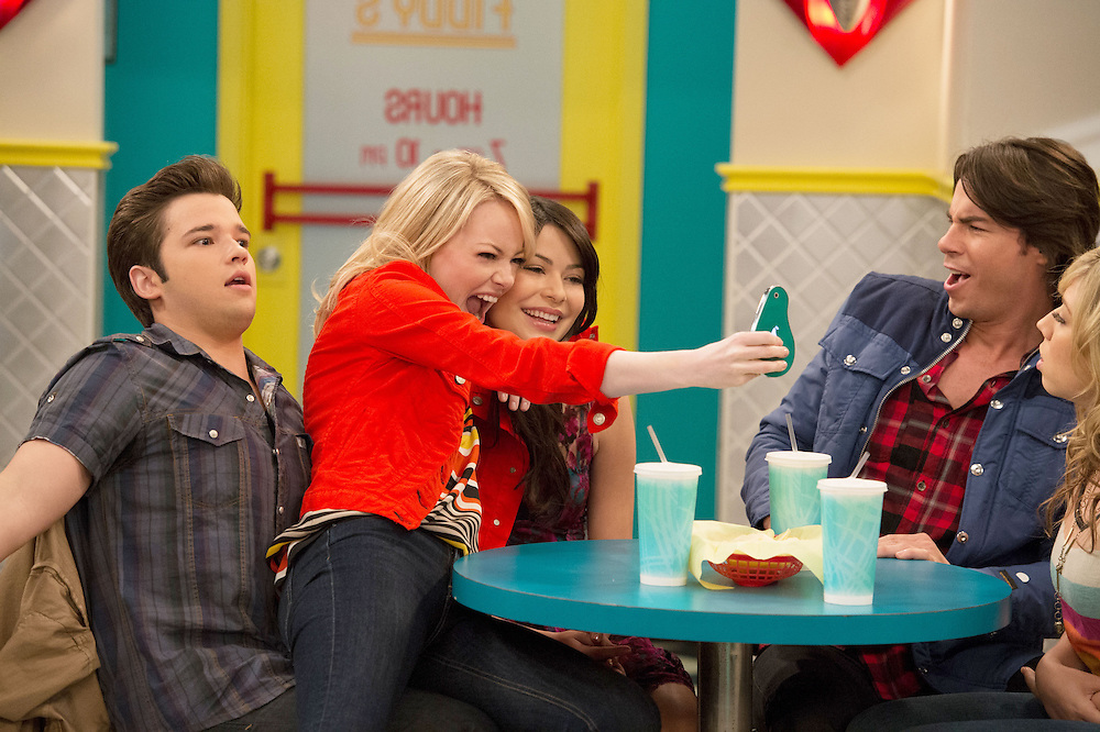 Emma Stone, Miranda Cosgrove, Nathan Kress,Jerry Trainor in iCarly.