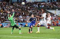 FUSSBALL WM 2014                FINALE Deutschland - Argentinien     13.07.2014 Torwart Manuel Neuer (li) und Jerome Boateng (re, beide Deutschland) lassen Rodrigo Palacio (Mitte, Argentinien) keine Chance