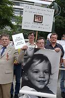 14 JUL 2001, BERLIN/GERMANY:<br /> Eltern, meist Vaeter, demonstrieren gegen die Trennung von ihren Kindern (i.d.R. durch Scheidung von einem auslaendischen Partner), viele haben Bilder ihrer Kinder und  einen Zettel mit der Anzahl der Besuche seit der Anzahl der Tage der Trennung, Breitscheidplatz vor der Gedaechniskirche<br /> IMAGE: 20010714-01-007<br /> KEYWORDS: Scheidungskind, Scheidungskinder, Demo, Demonstration, Demonstrant, demonstrator, Protest