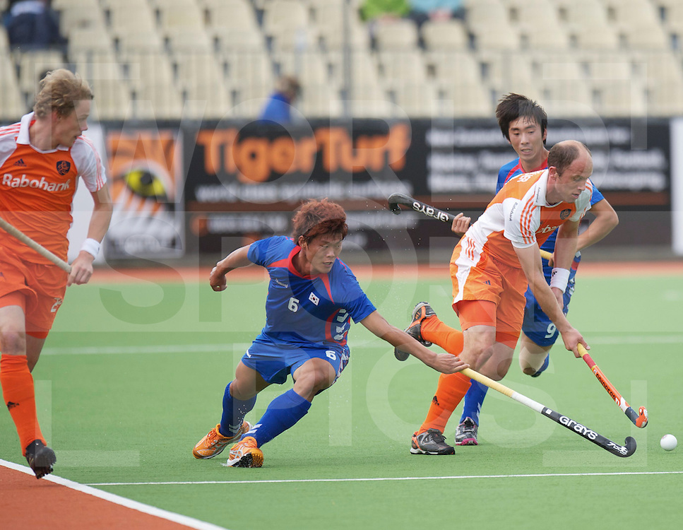 AUCKLAND - Champions Trophy men.Netherlands v Korea.foto: Teun de Nooijer in duel met Yong Lee Nam..FFU Press Agency  COPYRIGHT FRANK UIJLENBROEK..