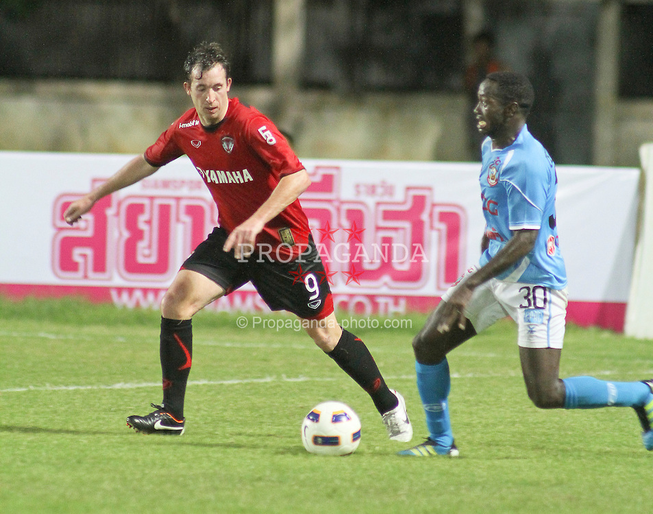BANGKOK, THAILAND - Saturday, October 1, 2011: Former Liverpool and England striker Robbie Fowler in action for Thai club Muangthong United during the Thai Premiere League against SCG Samutsonkram FC at the Samut Songkhram Stadium. This is the first match after Fowler was promoted as caretaker coach, the team won 3-1. (Pic by Jack Rames/Propaganda)