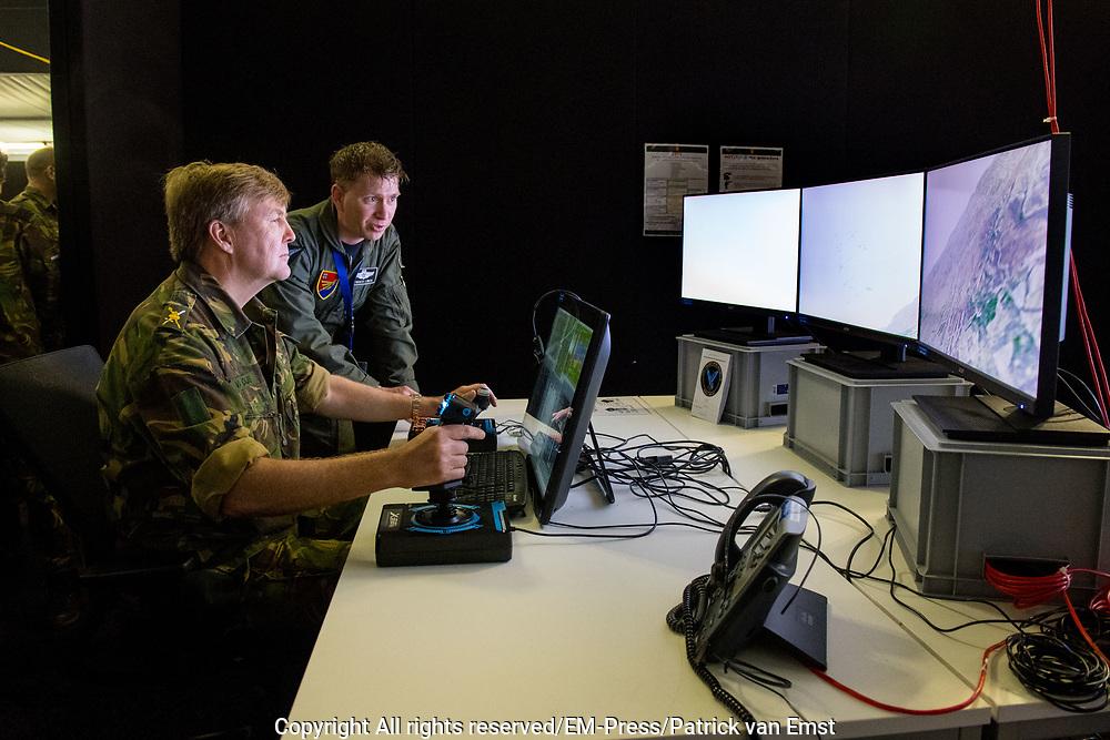 Koning Willem-Alexander tijdens een werkbezoek aan de Luitenant-generaal Bestkazerne in Vredepeel, de thuislocatie van het DGLC. Het Defensie Grondgebonden Luchtverdedigingscommando (DGLC) beschermt vanaf de grond Nederlandse en bondgenootschappelijke vitale objecten, eenheden en gebieden. <br /> <br /> King Willem-Alexander during a working visit to the Lieutenant General Best barracks in Vredepeel, the home location of the DGLC. The Defense Ground-bound Air Defense Command (DGLC) protects Dutch and allied vital objects, units and areas from the ground up.