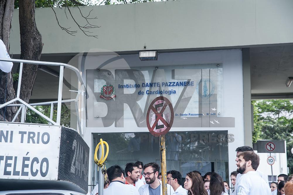 SÃO PAULO,SP, 23.11.2016 - PROTESTO-SP - Em greve desde a última sexta-feira (18), Médicos Residentes do estado fazem um protesto em frente a ALESP (Assembléia Legislativa do Estado de São Paulo), reinvindicando o reajuste de 11,9%, concedido desde 1 de março de 2016. O protesto acontece tarde desta quarta feira, 23 . (Foto: Rogério Gomes/Brazil Photo Press)