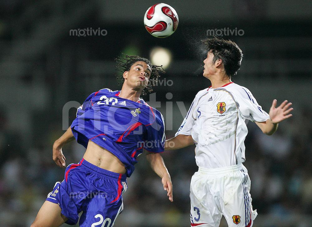 Fussball International U17 WM  Frankreich - Japan France - Japan Emmanuel RIVIERE (FRA, l) gegen Daisuke SUZUKI (JPN).