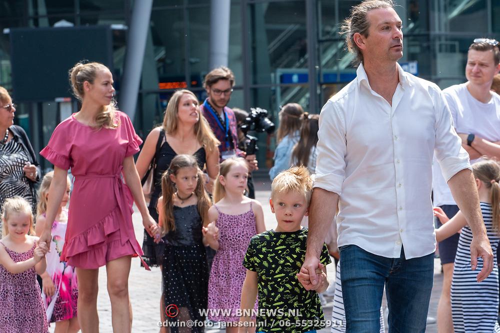 NLD/Amsterdam/20190602 - Familiepremière Huisdiergeheimen 2, Nicolette Kluijver met partner Joost Staudt en kinderen Jesse en Ana-Sofia