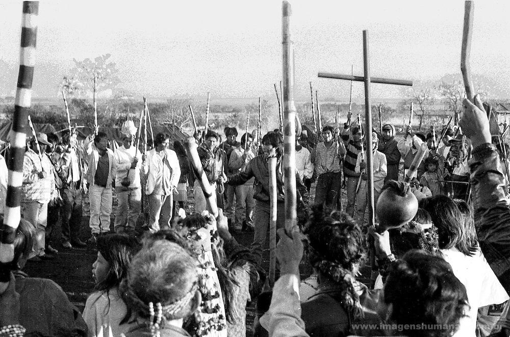 Índios guarani Kaiowás, Mato Grosso do Sul. Índio fala em assembléia durante ocupação de Sucuriú..Indians Guarani Kaiowás, Mato Grosso do Sul. Indian speaks in assembly during occupation of Sucuriú..Índios guarani Kaiowás, Mato Grosso do Sul. Índio fala em assembléia durante ocupação de Sucuriú..Indians Guarani Kaiowás, Mato Grosso do Sul. Indian speaks in assembly during occupation of Sucuriú.
