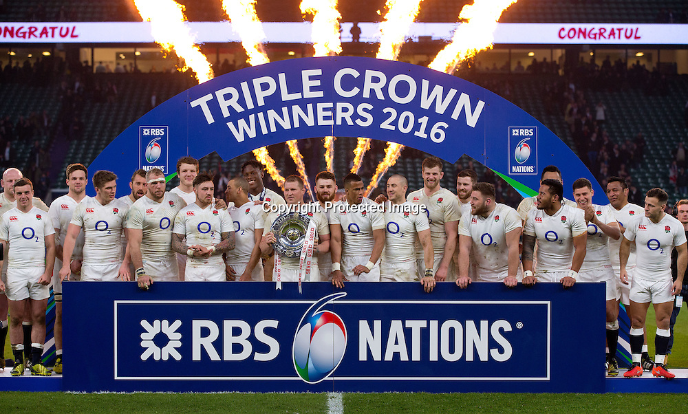 RBS 6 Nations Championship Round 4, Twickenham Stadium, London, England 12/3/2016<br /> England vs Wales<br /> The England team celebrate winning the Triple Crown<br /> Mandatory Credit &copy;INPHO/Andrew Fosker