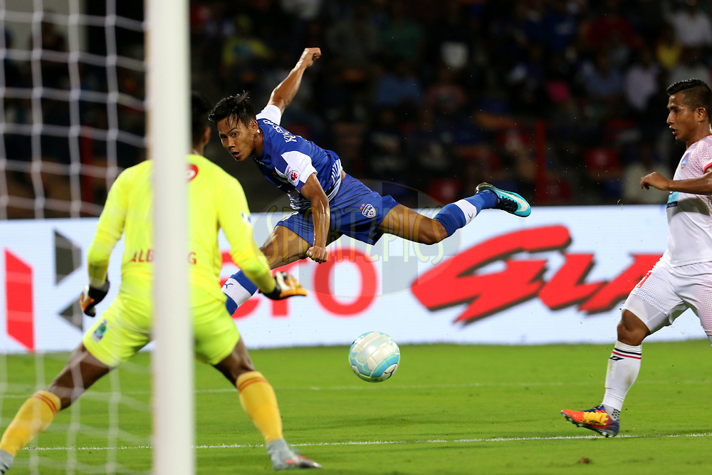 Udanta Singh Kumam of Bengaluru FC takes a shot at the goal during match 10 of the Hero Indian Super League between Bengaluru FC and Delhi Dynamos FC held at the Sree Kanteerava Stadium, Bangalore, India on the 26th November 2017<br /> <br /> Photo by: Vipin Pawar  / ISL / SPORTZPICS
