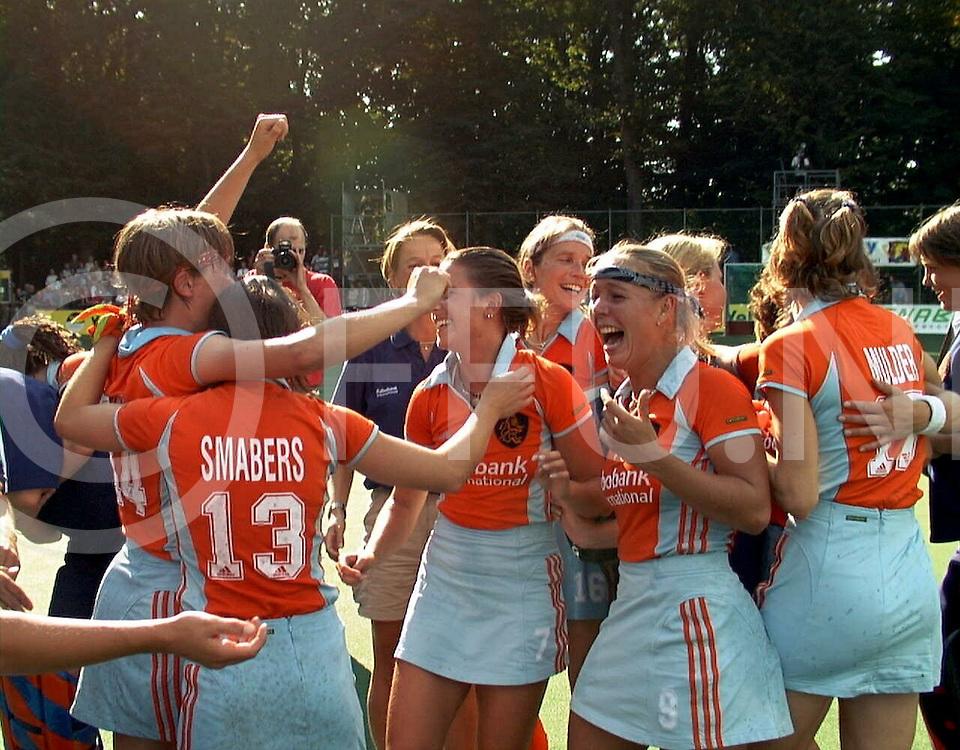 fotografie frank uijlenbroek@1999/frank uijlenbroek<br />990829 koln sport duitsland<br />ek dames hockey finale<br />duitsland-nederland<br /><br />de nederlandse dames werden Europees Kampioens en plaatsen zich daarmee rechtstreeks voor Sidney(Olympische Spelen)<br />op foto:ontlading na afloop