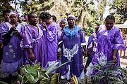 L'épouse intègre le groupe des femmes de son nouveau clan. L'émotion est forte car elle quitte les siens.  - Mariage Kanak  - Tribu de Méhoué, Canala – Nouvelle Calédonie – Septembre 2013