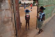 Karibik Trinidad Tobago Port of Spain Dragon Stelzenschule Junge mit Maske Schulhof Karneval Einheimischer Kostuem Kostuemierung auf Stelzen laufen Keylemanjahro School of Arts and Culture Suedamerika Stelzen Karneval in Trinidad Carnival soziales Projekt traditionell Tradition Einheimische QF English Moko Jumbies 2007 Caribbean West Indies Trinidad Dragon stilt walking school Keylemanjahro School of Arts and Culture South America carnival in Trinidad social project Geography / Travel Südamerika Karibik Trinidad Tobago
