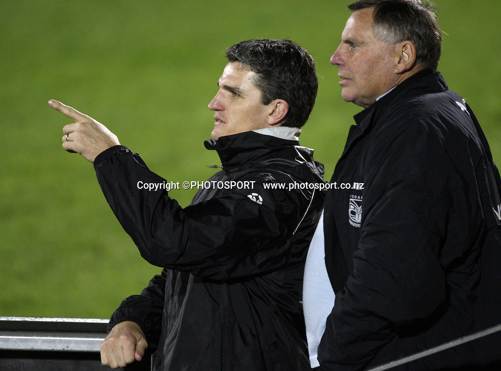 Warriors coach Ivan Cleary talks to Director of Fottball John Hart. <br />