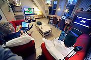 Nederland, Arnhem, 18-1-2008..Familie kijkt televisie op drie beeldschermen tegelijk...Foto: Flip Franssen/Hollandse Hoogte