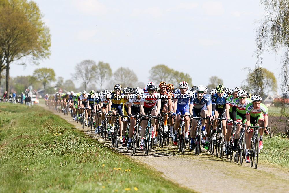 02-05-2015: Wielrennen: Ronde van Overijssel mannen: Rijssen  <br />RIJSSEN (NED) wielrennen:  De 63e ronde van Overijssel heeft als zwaarte punt de heuveltjes rond Ootmarsum en de Sallandse heuvelrug. Net als in de ronde van Vlaanderen kent men in Overijssel het dorp van de ronde. In 2015 is de eer aan Markelo. Op de stenen bij Vriezenveen met links in het rood regiorenner Mats Boeve
