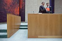 Nederland. Den Haag, 18 februari 2009.<br /> Minister van Financien Wouter Bos en premier Jan Peter Balkenende tijdens het debat over de kredietcrisis in de Tweede Kamer. 22:50 uur : einde debat. <br /> Foto Martijn Beekman<br /> NIET VOOR PUBLIKATIE IN LANDELIJKE DAGBLADEN.