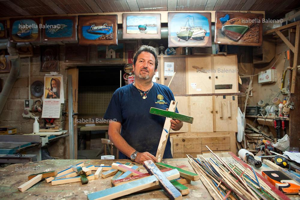 Francesco Tuccio (47), falegname, carpenter. Lampedusa, Sicilia, ott 2013. Lampedusa Island, Sicily, Italy, oct 2013. Costruisce croci in memoria dei migranti con il legno dei relitti. He builds crosses in memory of the dead migrants.