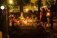 Nederland, Den Bosch, 20151107.<br /> Zielen in Gedachten op begraafplaats Orthen in Den Bosch. <br /> Zielen in Gedachten is een jaarlijkse herdenkingsbijeenkomst voor iedereen die hun overledenen in een sfeervolle, ingetogen omgeving wil gedenken. Een sfeervol uitgelichte route voert langs muziek, rituelen, beelden, verhalen en po&euml;zie op begraafplaats Orthen<br /> <br /> Netherlands, Den Bosch, 20151107.<br /> Souls in Thoughts on cemetery Orthen in Den Bosch. <br /> Souls in Thoughts is an annual commemoration for all who want to remember their dead in a stylish, understated surroundings . An atmospheric highlighted route goes past music, rituals, images, stories and poetry on cemetery Orthen