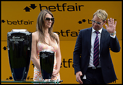 Liz Hurley with her partner Shane Warne present the winning prize for The cash out Multiples only on Betfiar International Stakes at Ascot Races<br />