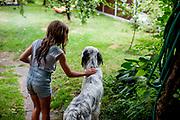 """English Setter """"Rudy"""" am 10.07. 2018 mit seiner Freundin Rosalie im Garten von Lysa nad Labem, Tschechischen Republik.  Rudy wurde Anfang Januar 2017 geboren."""
