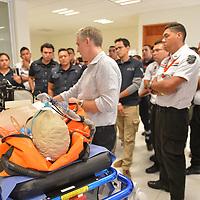 TOLUCA, Mexico.- Paramédicos de distintos servicios de emergencia y rescate reciben un curso y la presentación de equipo medico de alta tecnología por parte de la empresa Conversiones Especiales, armadora de camiones de bomberos y ambulancias. Agencia MVT / Mario Vazquez de la Torre.