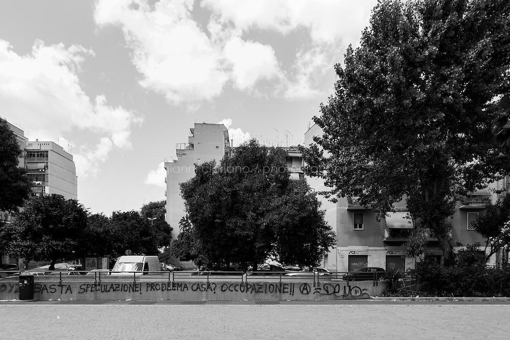 ROMA - 18 MAGGIO 2013: Il candidato a sindaco di Roma Marcello De Vito del Movimento 5 Stelle incontra i cittadini romani del quartiere Tor Pignattara del V Municipio,  a Roma il 18 maggio 2013.