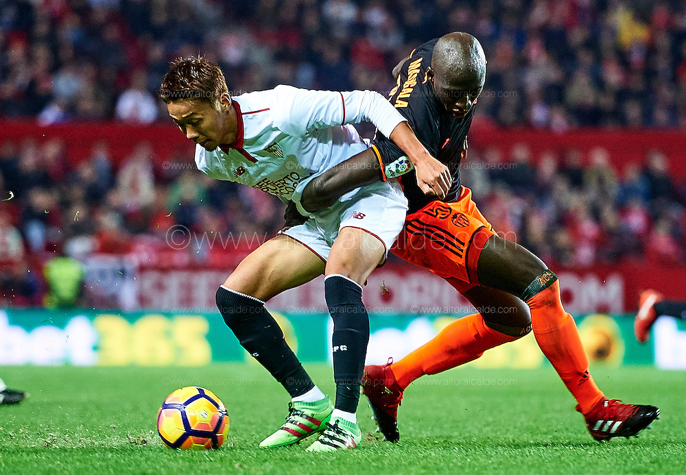 SEVILLE, SPAIN - NOVEMBER 26:  Hiroshi Kiyotake of Sevilla FC (R) competes for the ball with Eliaquim Mangala of Valencia CF (L) during the La Liga match between Sevilla FC and Valencia CF at Estadio Ramon Sanchez Pizjuan on November 26, 2016 in Seville, Spain.  (Photo by Aitor Alcalde Colomer/Getty Images)