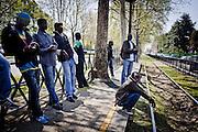 Attesa alla banchina prima dell'inizio della manifestazione per richiedere la residenza in anagrafe. Torino, 24-04-'13.