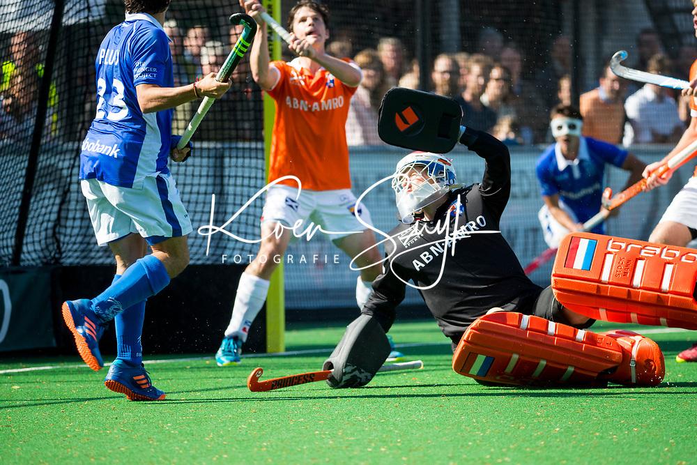 BLOEMENDAAL  -  keeper Jaap Stockmann (Bloemendaal) met Wouter Jolie (Bloemendaal)  tijdens  de play offs heren hoofdklasse Bloemendaal-Kampong (0-2) . Kampong plaatst zich voor de finale.  COPYRIGHT KOEN SUYK