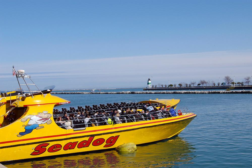 USA,  Illinois, Chicago, Touristen Speed Boat , Navy Pier, Lake Michigan