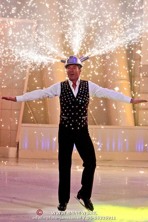 NLD/Hilversum/20110304 - Sterren Dansen op het IJs show 6, Gerard Joling opent de show met vuur act