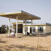 Station service abandonnée à Malakal. La production pétrolière s'est effondrée au Soudan du Sud, dévasté par quatre années de guerre civile. L'or noir est la principale richesse du pays. L'Etat en tirait 98% de ses recettes à son indépendance en 2011.