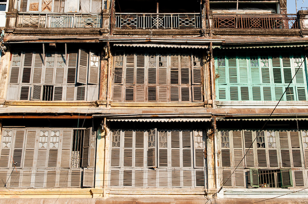 Building wooden blinds in Yangon (Myanmar)