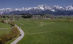 THEMENBILD - grüne Wiesen und die Ortschaft Bsuch dahinter das Steinerne Meer im weissen Winterkleid, aufgenommen am 20. April 2019 in Gerling, Oesterreich // green meadows and the village of Bsuch behind them the Steinerne Meer Mountains covered with snow in Gerling, Austria on 2019/04/20. EXPA Pictures © 2019, PhotoCredit: EXPA/ JFK