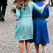 NLD/Middelburg/20100430 -  Koninginnedag 2010, Annet Sekreve slaat een arm om Margriet