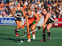 AMSTELVEEN -   Laurien Leurink (Ned) met Amelie Wortmann (Ger) tijdens de halve finale  Nederland-Duitsland van de Pro League hockeywedstrijd dames. COPYRIGHT KOEN SUYK
