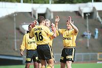 Lillestrøm-spillerne jubler. Lillestrøm - Haugesund 4-1. Tippeligaen 2000. 9. juli 2000. Kampen ble spilt på Bislett. (Foto: Peter Tubaas/Fortuna Media)