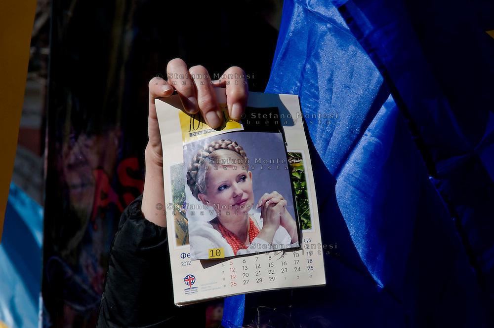 Roma 23 Febbraio 2014<br /> Manifestazione nazionale della comunit&agrave; ucraina in Italia per  ricordare i morti degli scontri dei giorni scorsi a Kiev e contro la dittatura del presidente  Yanukovych.Manifestante con la foto di Iulia Tymoshenko, l&rsquo;ex premier ucraina.<br /> Rome 23 Febraury  2014<br /> National demonstration of the Ukrainian community in Italy to commemorate the dead of the recent clashes in Kiev and against the dictatorship of President Yanukovych. Protestor with a photo of Julia Tymoshenko, the former Ukrainian prime minister