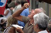 Nederland, Groesbeek, 17-7-2003<br /> Een vierdaagseloper eet een zoute haring met uitjes. Hollandse nieuwe, vis eten, visconsumptie, visolie.<br /> Foto: Flip Franssen/Hollandse Hoogte
