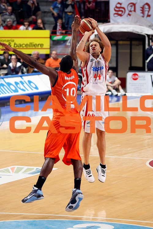 DESCRIZIONE : Varese Lega A2 2008-09 Cimberio Varese Fileni Jesi<br /> GIOCATORE : Eyinmisan Nikagbatse<br /> SQUADRA : Cimberio Varese<br /> EVENTO : Campionato Lega A2 2008-2009 <br /> GARA : Cimberio Varese Fileni Jesi<br /> DATA : 15/11/2008<br /> CATEGORIA : Tiro Three Points<br /> SPORT : Pallacanestro <br /> AUTORE : Agenzia Ciamillo-Castoria/G.Cottini
