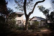 (En) Tokyo, November 2009 - In the house of Japanese writer Akira Yoshimura, near Kichijoji's Inokashira Park.<br /> Yoshimura's house and office, seen from the park.<br /> <br /> (Fr) Dans la maison de l'&eacute;crivain japonais Akira Yoshimura, pr&egrave;s du parc Inokashira dans le quartier de Kichijoji.<br /> La maison et l'atelier de l'&eacute;crivain Yoshimura Akira, vue du parc.