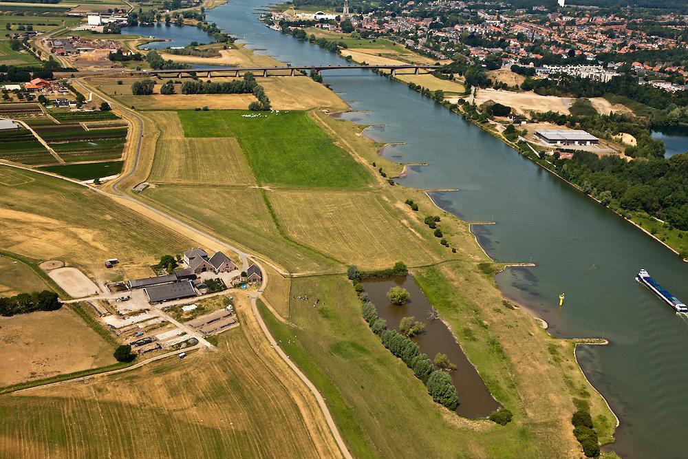 Nederland, Gelderland, gemeente Neder-Betuwe, 8-07-2010; Neder-Rijn, Middelwaard, in het kader van het Programma Ruimte voor de Rivier zijn er plannen om de uiterwaard te vergraven: er komt een nevengeul (richting brug) en de uiterwaard wordt gedeeltelijk verlaagd.  .Under the Program 'Room for the River', there are plans to partially excavate the floodplain, including the construction of a flood trench.luchtfoto (toeslag), aerial photo (additional fee required).foto/photo Siebe Swart.