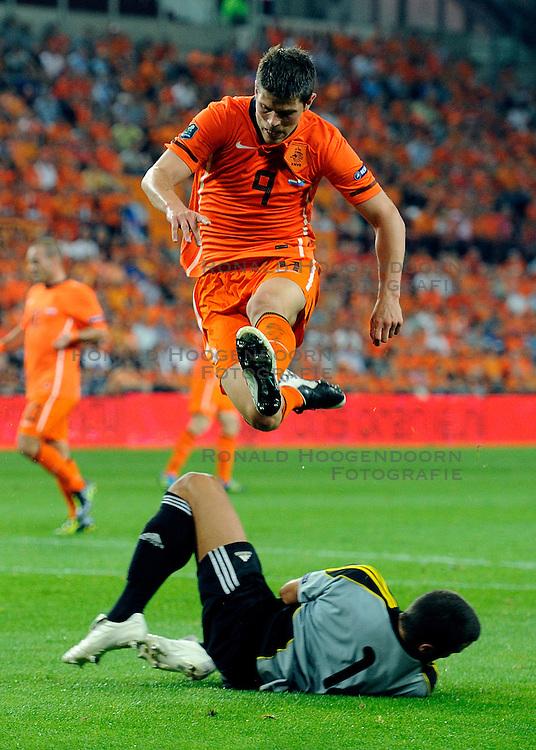 02-09-2011 VOETBAL: NEDERLAND - SAN MARINO: EINDHOVEN<br /> Nederland wint met 11-0 van San Marino / (L-R) Aldo Simoncini, Klaas-Jan Huntelaar<br /> &copy;2011-FotoHoogendoorn.nl