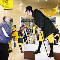 Nederland, Amsterdam , 1 oktober 2009..Bezoekers van de bijenkorf tijdens de Drie dwaze Dagen worden op ludieke wijze voor het verlaten van de winkel geinformeerd of ze het geschenkje al in ontvangst genomen hebben op de eerste etage..Three Crazy Days, annual sale of the Bijenkorf store, promoting bargains.