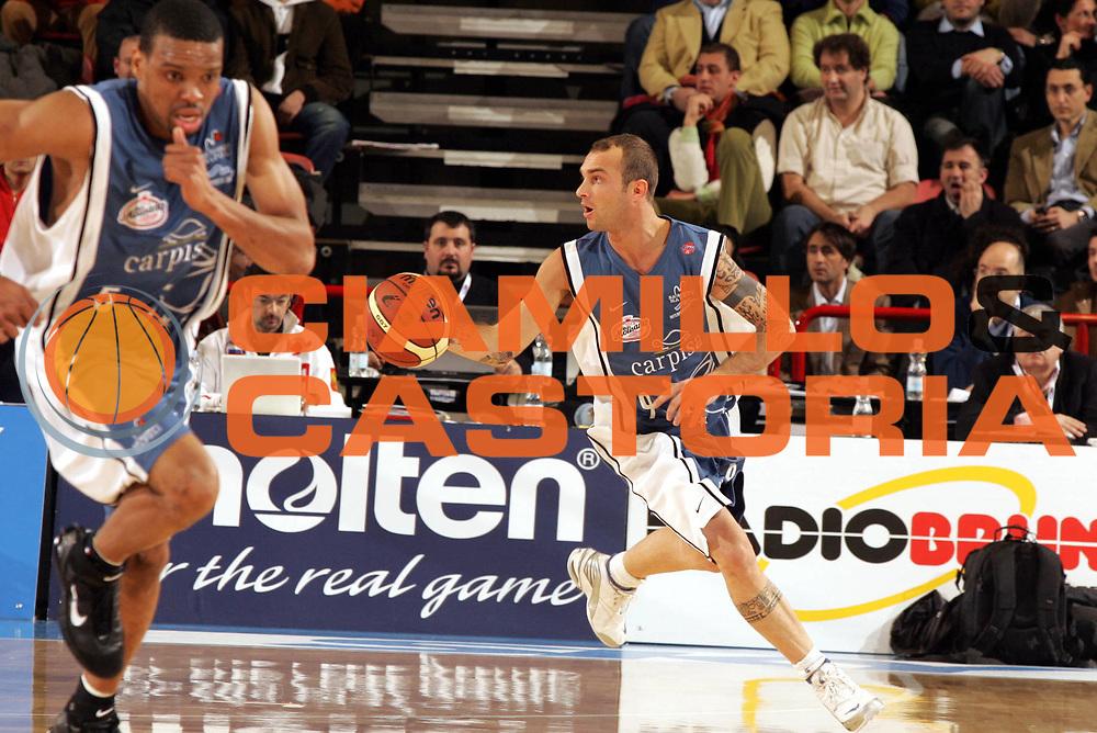 DESCRIZIONE : Forli Lega A1 2005-06 Coppa Italia Final Eight Tim Cup Carpisa Napoli Armani Jeans Milano<br />GIOCATORE : Spinelli<br />SQUADRA : Carpisa Napoli<br />EVENTO : Campionato Lega A1 2005-2006 Coppa Italia Final Eight Tim Cup Quarti Finale<br />GARA : Carpisa Napoli-Armani Jeans Milano<br />DATA : 17/02/2006<br />CATEGORIA : Palleggio<br />SPORT : Pallacanestro<br />AUTORE : Agenzia Ciamillo-Castoria/Paolo Lazzeroni