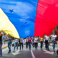 Los jóvenes exhiben una bandera venezolana de siete (7) estrellas. Se realizaron nuevas protestas en Venezuela, para exigir la salida del gobernante Nicolás Maduro y para respaldar la Asamblea Nacional, así como al presidente interino Juan Guaidó. Young people display a seven (7) star Venezuelan flag. New protests were held in Venezuela, to demand the exit of the ruling Nicolás Maduro and to back the National Assembly, as well as the interim president Juan Guaidó